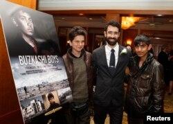 فواد محمدی (راست) با جوانمرد پاییز (چپ) هنرپیشگان فلم بچههای بزکشی