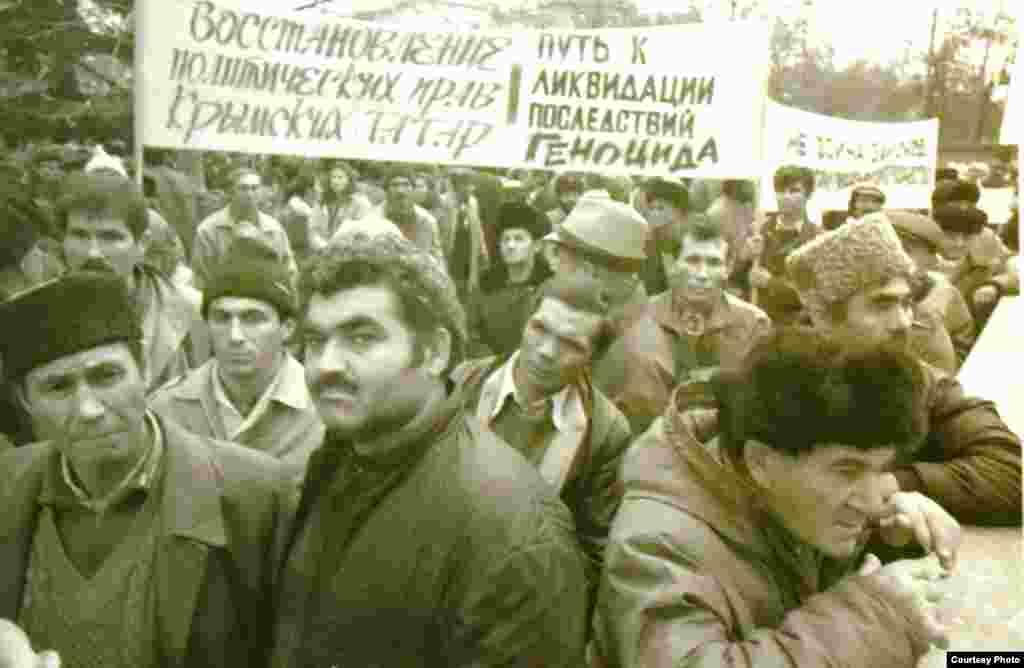 Акмәчеттә митинг, 1993. Рифкать Якупов фотосы.