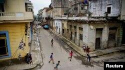 Disa fëmijë shihen nëpër lagje të Kubës. Fotografi ilustruese nga arkivi.