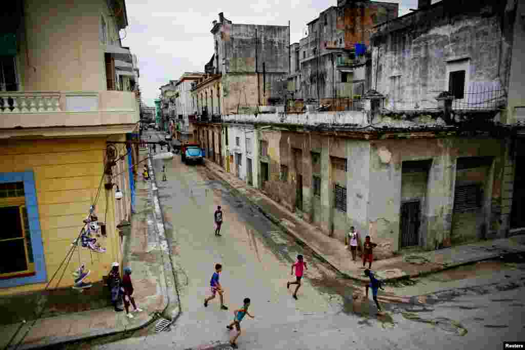 Дети гоняют мяч по улицам Гаваны. Куба, 24 мая 2018 года.