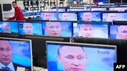 Теледидар экранында - Ресей президенті Владимир Путин. Мәскеу, 16 сәуір 2015 жыл. (Көрнекі сурет)