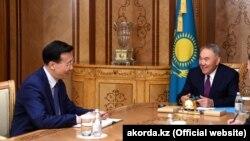 Қытайдың Қазақстандағы елшісі Чжан Сяо (сол жақта) Қазақстанның бұрынғы президенті Нұрсұлтан Назарбаевтың қабылдауында отыр. 22 сәуір 2019 жыл.