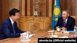 Посол Китая в Казахстане Чжан Сяо (слева) на приеме у бывшего президента Казахстана Нурсултана Назарбаева. Нур-Султан, 22 апреля 2019 года.