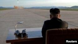 Түндүк Кореянын лидери Ким Чен Ын кезектеги ракетасынын сыноосуна байкоо салып турат.