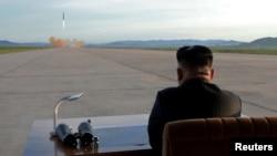 Lideri veri-korean, Kim Jong Un duke shikuar testimet e raketave, foto nga arkivi