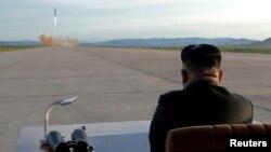 Солтүстік Коеря басшысы Ким Чен Ын зымыран сынағын бақылап отыр.