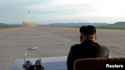 کیم جونگ اون رهبر کره شمالی آزمایش موشک «هوا سونگ ۱۲» را نظاره میکند