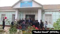 На церемонии открытия музея президента Таджикистана Эмомали Рахмона в школе, где он учился. Дангара, 16 ноября 2016 года.