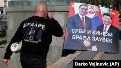 Илустрација - Плакат со српскиот и кинескиот претседател за време на протест пред српското Собрание на 28 април 2020 година.