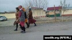 Работники бюджетных организаций в Каттакурганском районе Самаркандской области занимаются уборкой улиц к приезду президента Шавката Мирзияева.
