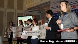 Маржан Ельшибаева (справа), директор казахстанского представительства международной организации «Интерньюс». Алматы, 20 ноября 2012 года.
