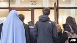 Представители СМИ и просто зрители перед Высшем судом Орхуса