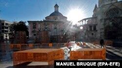 Жоспарланған фестиваль өтпейтіні хабарланды. Бос тұрған алаңның қасынан өтіп бара жатқан адам. Валенсия, Испания, 11 наурыз 2020 жыл.