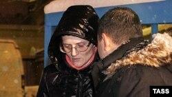 Светлана Давыдова (сол жақта) абақтыдан босатылған соң адвокаты Сергей Бадамшинмен сөйлесіп тұр. Мәскеу, 3 ақпан 2015 жыл.