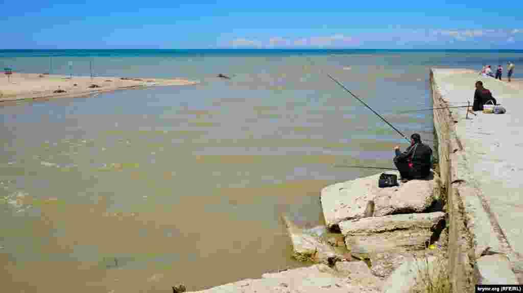 Каламутну воду після затяжних дощів несе в Чорне море річка Альма