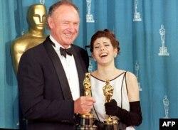 ماریسا تومی در کنار جین هکمن، دو برنده اسکار سال ۱۹۹۳