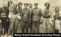 محمد حسین سیف قاضی، وزیر دفاع «جمهوری کردستان» (نفر سوم از راست) در کنار تعدادی از فرماندهان کرد