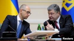 Голова уряду Арсеній Яценюк (праворуч) і президент Петро Порошенко