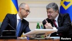 Прем'єр України Арсеній Яценюк (ліворуч) і президент Петро Порошенко. Архівне фото