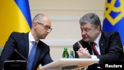 Президент Петро Порошенко (праворуч) і прем'єр-міністр Арсеній Яценюк, архівна фотографія