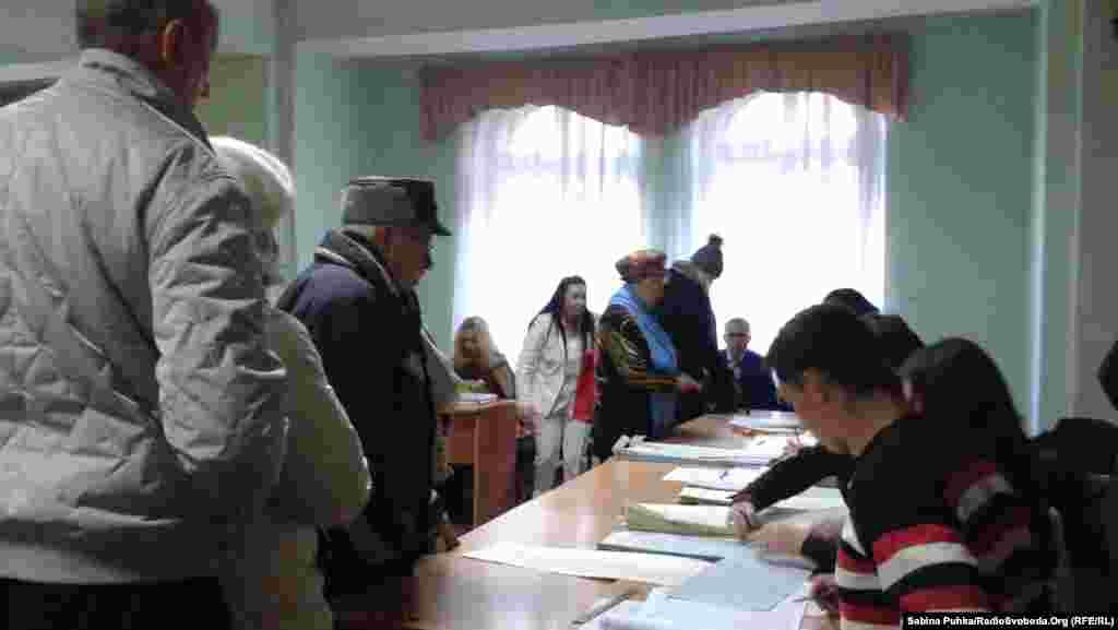 Избирательные участки в Украине в день выборов открылись в 8 часов утра. На фото: люди ждут, чтобы проголосовать. Киев, 26 октября 2014 года.