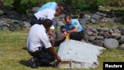 Поліція оглядає уламки літака на острові Реюніон, 29 липня 2015 року
