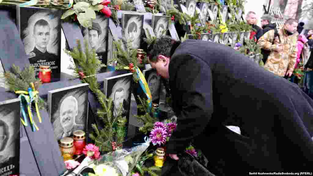 Мемориал с фотографиями погибших на площади Независимости (Майдане Незалежности) в ходе столкновений протестующих с милицией в феврале 2014 года установили в ноябре 2015 года.