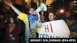 Під час протесту проти підписання в Мінську так званої «формули Штайнмаєра» біля Офісу президента України. Київ, 2 жовтня 2019 року