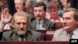 """Лидер """"Солидарности"""" Бронислав Геремек (слева) голосует за Леха Валенсу. Варшава, июль 1989"""
