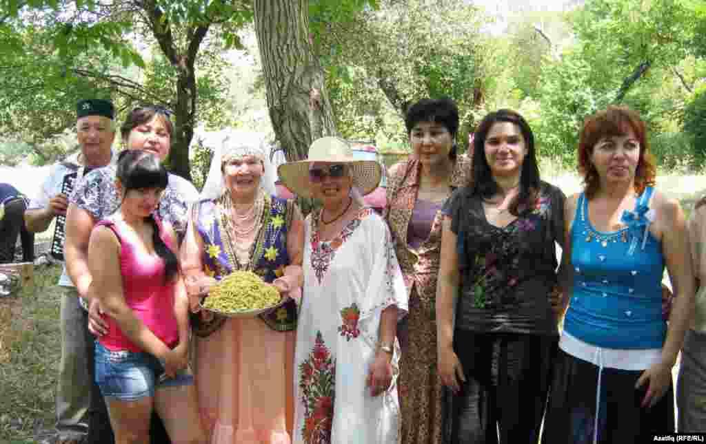 Кунаклар арасында Татарстанның халык артисткасы Гөлзадә Сафиуллина (уртада) да бар иде