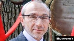 Київський райсуд Полтави 10 серпня закрив справу проти Кернеса і його охоронців, мотивувавши це тим, що прокурори систематично не з'являлися на дебати у справі