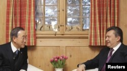 UN Secretary-General Ban Ki-Moon (L) met with Ukrainian President Viktor Yanukovych in Davos.