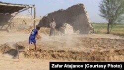 Кыргызстандык балдар ылайдан кыш куюп, үй салууда чоңдорго жардам берет.