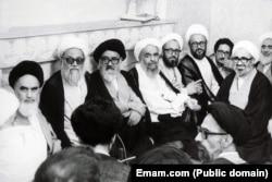 آیتالله خمینی (چپ) در دیدار با اعضای مجلس خبرگان قانون اساسی