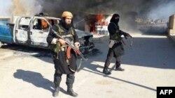 Як заявляли ісламісти, що зробили це фото на початку 2014 року, Абу Вахіб на ньому ліворуч