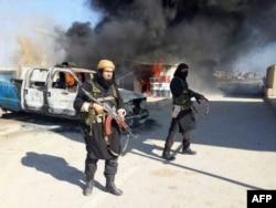 Зображення завантажене на ісламістський сайт 8 січня 2014 року, на якому зображений Шакір Вахіб (ліворуч), також відомий як Абу Вахіб, лідер угруповання «Ісламська держава в Іраку і Великій Сирії