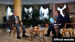 Президент Казахстана Нурсултан Назарбаев дает интервью журналистам агентства Bloomberg. Астана, 22 ноября 2016 года.