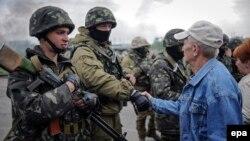 Ýerli ýaşaýjy ukrain esgerleri bilen gepleşýär, Slowýansk, 2-nji maý, 2014.