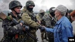 Місцеві жителі спілкуються з українськими військовими на захопленому ними блокпості біля Слов'янська, 2 травня 2014 року