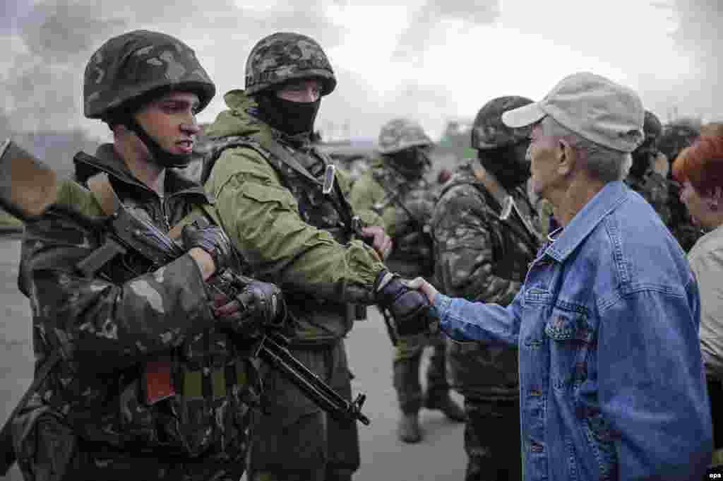 Місцеві жителі спілкуються з українськими військовими на захопленому ними блокпості біля Слов'янська