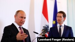 Президент России Владимир Путин (слева) и канцлер Австрии Себастьян Курц во время совместной пресс-конференции в Вене, 5 июня 2018 года.