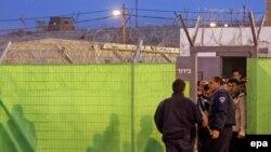 نخست وزير اسرائيل در ديدار دو هفته پيش خود با رييس تشکيلات خودگردان فلسطينی قول آزادی اين زندانيان را داده بود.