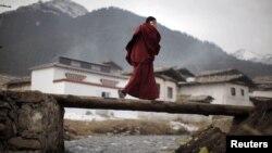 Тибетски свештеник во покраината Сечуан