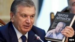 Президент Узбекистана Шавкат Мирзиеев держит в руках книгу о Чингизе Айтматове.