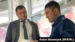 Представник російської поліції знайомить адвоката Едема Семедляєва зі змістом застереження на засіданні «Кримської солідарності». Сімферополь, жовтень 2018 року
