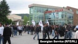 Правозащитники призывают власти обратить внимание на происходящее в Кварели, где противостояние между представителями «Грузинской мечты» и бывшими членами «Нацдвижения» особенно обострились перед предстоящими местными выборами