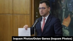 Ștefan-Radu Oprea, la finalul ședinței de guvern din 28 octombrie, ziua în care consilierii săi și soții ai apropiaților săi au fost anunțați că au câștigat un post în diplomația comercială. Pe patru ani
