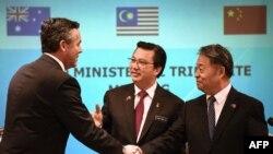 Malaziýanyň, Awstraliýanyň we Hytaýyň transport ministrleri Liow Tiong Lai (ortada), Darren Çester (ç) we Yang Chuantang (s), 22-nji iýul, 2016.