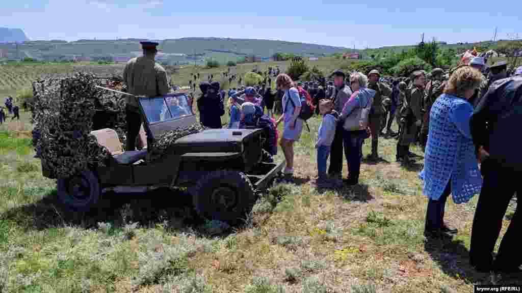 После завершения реконструкции боя зрители осматривают настоящий американский автомобиль марки Willys, на котором во время войны передвигались советские командиры