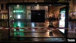 Автобусная остановка в центре Москвы, рядом с которой произошел взрыв